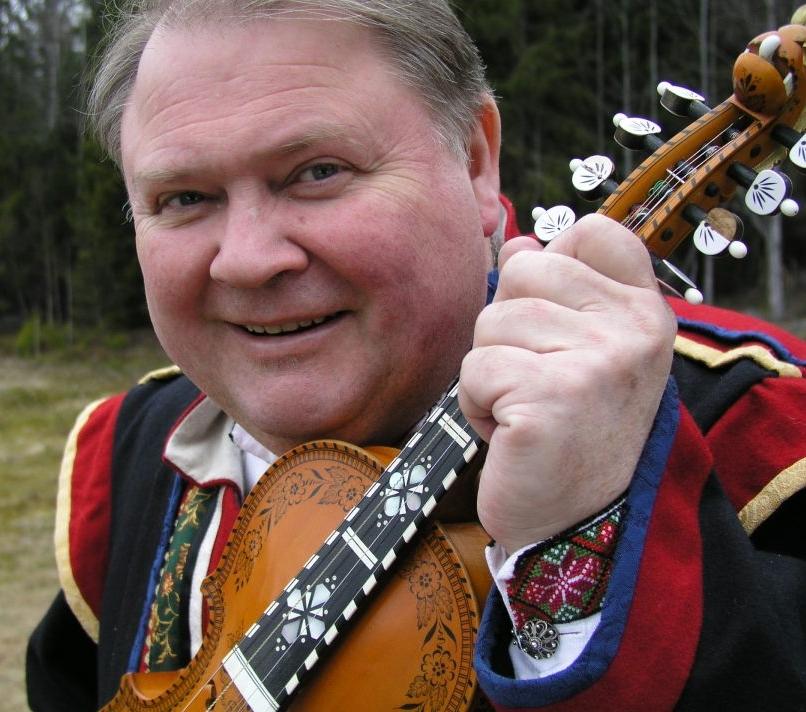 Knut Buen opnar arrangemenstrekkje på Heddal Bygdetun